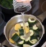 Factura de uma sopa da nata do zuccini no fogão de pressão Fotografia de Stock