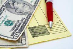 Factura en blanco con la pluma y el dinero (dólares) fotos de archivo