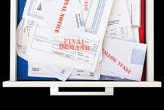 Facturas atrasadas y sin pagar en cajón fotos de archivo