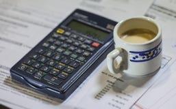 Facturas de servicios públicos, café y calculadora Fotos de archivo libres de regalías