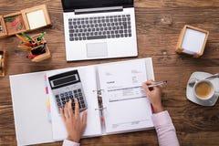 Facture calculatrice de femme d'affaires Image libre de droits