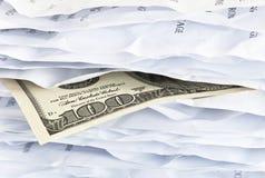 facture de $ 100 dans le chaos de papier Images stock