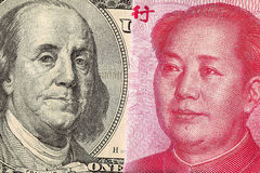 Facture de dollar US et macro de billet de banque de yuans de la Chine Photos stock