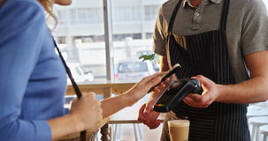 Facture de paiement de femme par la technologie de NFC banque de vidéos