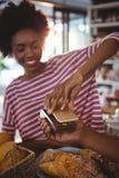 Facture de paiement de femme par le smartphone utilisant la technologie de nfc image libre de droits