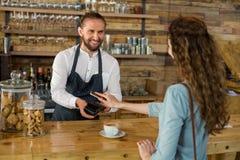 Facture de paiement de femme par le smartphone utilisant la technologie de nfc images stock