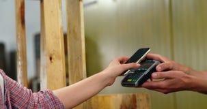 Facture de paiement de femme par le smartphone utilisant la technologie de nfc clips vidéos