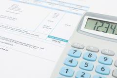 Facture de service public et calculatrice impayées au-dessus de elle série photo libre de droits