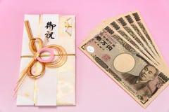 Facture enveloppe de cadeau et de Yens japonais de dix-millièmes Photos stock
