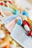 Factures d'argent de médecine et d'euro avec le médicament Images libres de droits