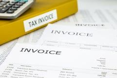 Factures d'impôts et factures, documents commerciaux photographie stock
