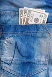 Factures de $ 20 dans une poche de jeans Photographie stock libre de droits