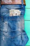 Factures de $ 20 dans une poche de jeans Photos libres de droits