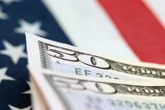 Factures de dollar US avec la bannière étoilée Images libres de droits