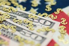 Factures de dollar US avec la bannière étoilée Image libre de droits