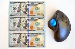 Factures de dollars US et souris d'ordinateur Images libres de droits