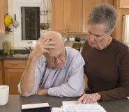 Factures de paiement aînées de couples Photos libres de droits