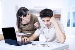 Factures de paiement de couples en ligne Photos stock