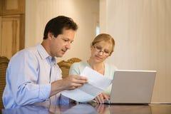 Factures de paiement de couples sur l'ordinateur. Photographie stock libre de droits