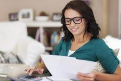 Factures de paiement de femme photos stock