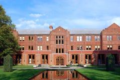 Faculdade & jardim cor-de-rosa do tijolo Imagem de Stock Royalty Free