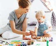 Faculdade criadora das crianças filho da mãe e do bebê que tira junto Imagens de Stock Royalty Free