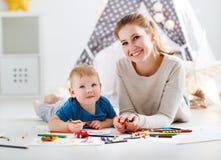 Faculdade criadora das crianças filho da mãe e do bebê que tira junto Imagem de Stock