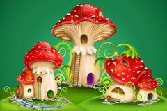 A fada abriga cogumelos vermelhos com moinho de água, o sino dourado e as corujas Fotos de Stock