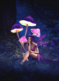 Fada que senta-se sob cogumelos enormes Fotografia de Stock Royalty Free