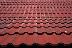 Faded corregated el tejado de teja roja en el sol Foto de archivo libre de regalías