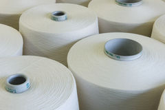 Faden-Spulen in spinnender Fabrik Stockfoto
