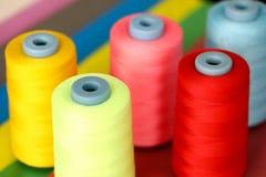 Fadenspulen-Hintergrundfarbe auf rosa Hintergrund lizenzfreie stockfotografie
