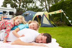 Fader With Children Relaxing på campa ferie arkivfoton