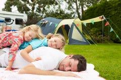 Fader With Children Relaxing på campa ferie arkivbild