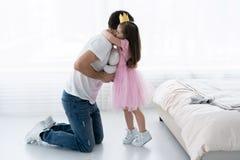 Fader Congratulates Daughter med lycklig dag8 mars Dotter och fader Smile Big Bear för härlig dotter royaltyfri foto