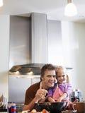 Fader And Daughter Baking i kök arkivfoto
