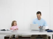 Fader And Daughter Drawing och användabärbar dator fotografering för bildbyråer