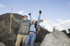 Fader And Daughter Enjoying på att fotvandra tur fotografering för bildbyråer