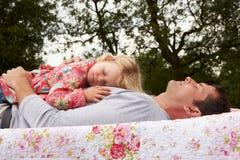 Fader With Daughter Relaxing på campa ferie royaltyfri fotografi