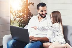 Fader And Daughter Spending Tid med bärbara datorn royaltyfri fotografi