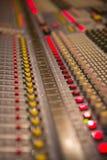 Fader e botões de mistura da placa do misturador audio Imagem de Stock Royalty Free