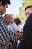 Fader Give en nattvardsgång i den årliga välsignelsen av gravar på det Ratchaburi landskapet, Thailand arkivfoton