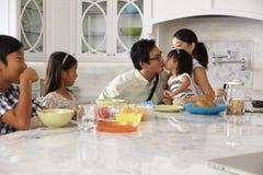 Fader Leaving For Work efter familjfrukost i kök arkivfoto
