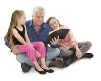 Fader med döttrar Fotografering för Bildbyråer