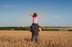 Fader med dottern i fält Royaltyfria Foton