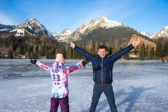 Fader med dottern som tycker om vintersemestrar arkivbilder