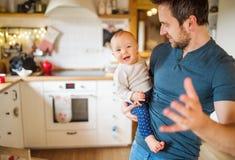 Fader med en behandla som ett barnflicka hemma royaltyfri fotografi