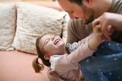 Fader med hans dotter som hemma spenderar tid Enkel fader Royaltyfri Bild