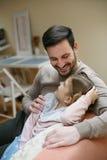 Fader med hans dotter som hemma spenderar tid Enkel fader Royaltyfri Fotografi