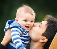 Fader med hans son Fotografering för Bildbyråer